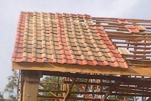 Installation of Roman roofing tiles